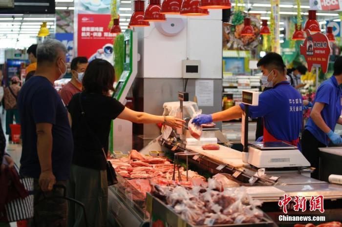 资料图:市民选购猪肉。中新社记者 蒋启明 摄
