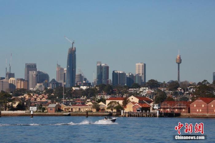 当地时间6月20日,澳大利亚悉尼市风和日丽,民众利用周末在帕拉马塔河享受水上游乐时光。图为远眺悉尼市中心。中新社记者 陶社兰 摄