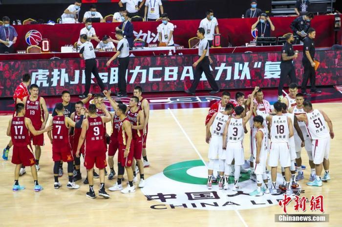 6月20日,广东东莞,19/20CBA复赛第一阶段,广东宏远105-82山西汾酒。球员向场外致意。图片来源:视觉中国