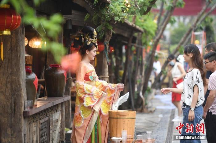 资料图:游客游览西安宋城演艺王国景区。杨晨 摄