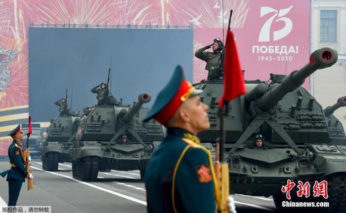 资料图:2020年6月20日,俄罗斯圣彼得堡市举行了胜利日阅兵总彩排。来自俄罗斯西北联邦军区的4500名军事人员列队通过冬宫广场,接受检阅。