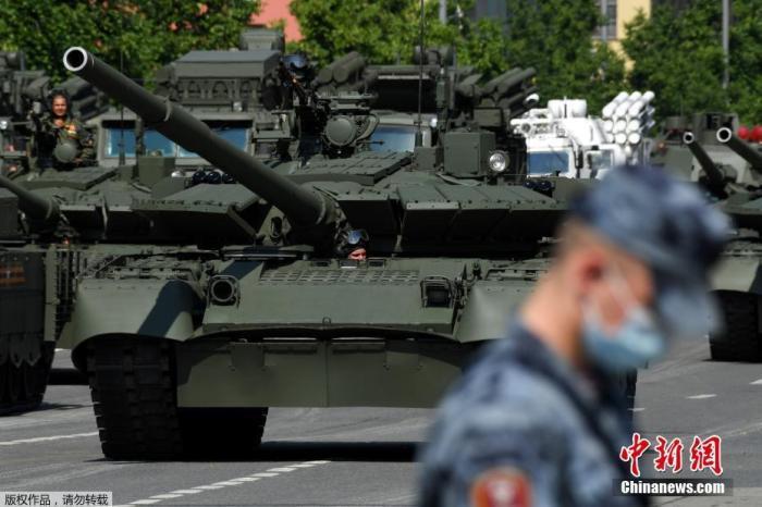当地时间6月20日上午,俄罗斯圣彼得堡市举行了胜利日阅兵总彩排。来自俄罗斯西北联邦军区的4500名军事人员列队通过冬宫广场,接受检阅,包括T-72坦克,S-400防空系统和伊斯坎德尔导弹在内的100多件武器装备,卡-52武装直升机以及苏-35战斗机等30架军用飞机也参加了当日的彩排。为了纪念俄罗斯卫国战争胜利75周年,圣彼得堡市将于当地时间6月24日在冬宫广场举行阅兵庆祝活动。俄军方表示,彩排开始前,俄罗斯辐射化学和生物防护部队对冬宫广场进行了全面消毒。
