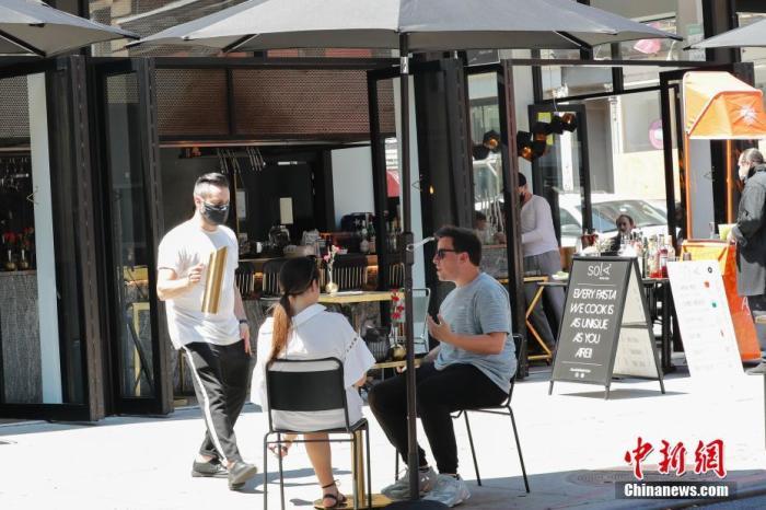 当地时间6月22日,纽约曼哈顿一家餐厅,顾客在户外用餐。当日,纽约市按预定计划进入第二阶段重启,市当局展望将有约30万人重返做事岗位。听命纽约州的重启规则,第二阶段重启中,零售店、理发店等商家已足条件能够开展室内经营。餐厅能够申请竖立室外用餐区。商场、影剧院、健身房等照样保持关闭。 中新社记者 廖攀 摄
