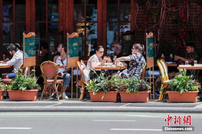 当地时间6月22日,纽约曼哈顿一家餐厅,顾客在户外用餐。当日,纽约市按预定计划进入第二阶段重启。中新社记者 廖攀 摄