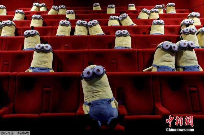 当地时间6月22日,法国巴黎电影院重新向公众开放,工作人员在电影播放厅的椅子上摆小黄人以帮助观众保持社交距离。