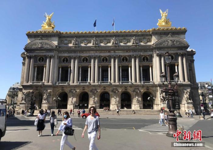 """当地时间6月22日,法国进入""""解封""""第三阶段,著名的巴黎歌剧院恢复开放,大部分内部空间均准许入内,包括恢宏的音№乐厅、展览大厅以及图书馆、博物馆等。但歌剧演出等活动�钊孕璧鹊�9月才能陆续被安排。 <a target='_blank' href='/'>中新社</a>记者 李洋 摄"""