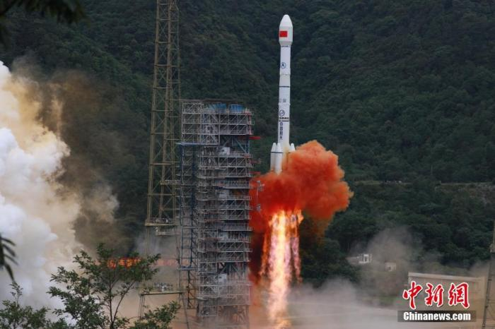 图为北京时间6月23日9时43分,中国在西昌卫星发射中心用长征三号乙火箭发射北斗三号全球卫星导航系统最后一颗组网卫星。 胡煦劼 摄