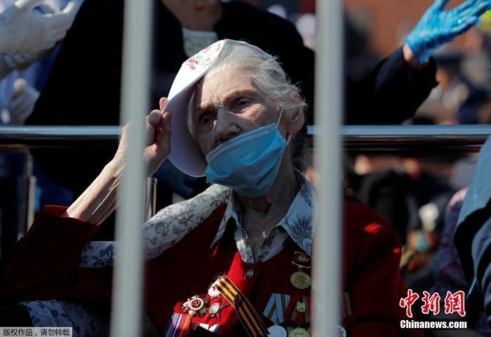 内地时间6月24日,俄罗斯眷念卫国战争胜利75周年红场阅兵开始前,红场上一名戴着口罩的妇女。
