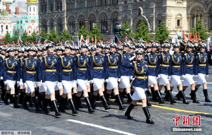 当地时间6月24日,俄罗斯纪念卫国战争胜利75周年红场阅兵式举行。图为受阅的俄罗斯女兵。