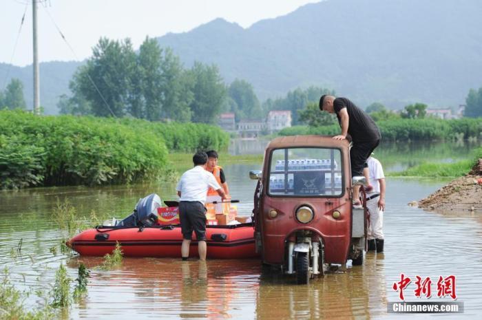 资料图:在安徽省六安市裕安区西河口乡,救援人员准备用皮划艇为被困民众运送物资。 <a target='_blank' href='http://www.chinanews.com/'>中新社</a>记者 张娅子 摄