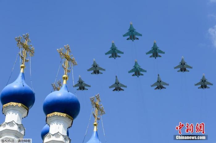 图为苏-35、苏-34、苏-30SM编队飞越红场。
