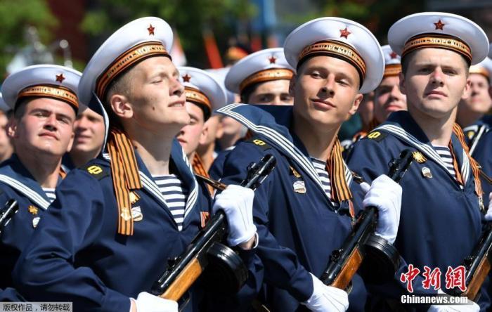 当地时间6月24日,俄罗斯纪念卫国战争胜利75周年红场阅兵式举行。图为受检阅的俄罗斯水兵。