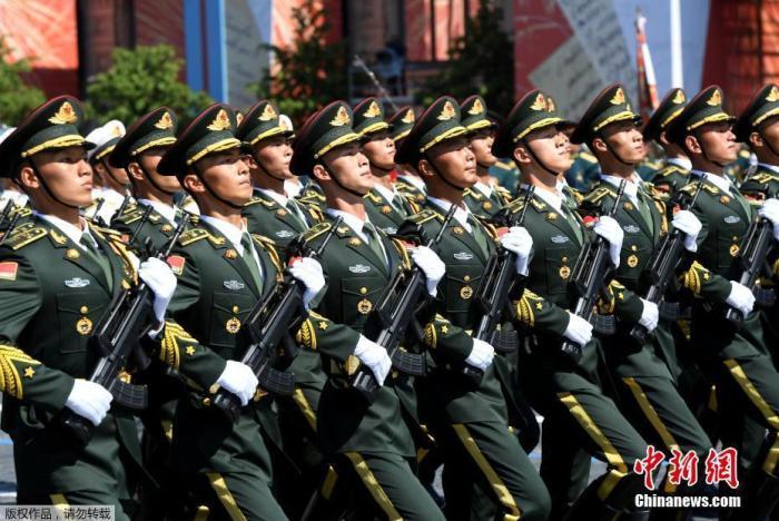 当地时间2020年6月24日,俄罗斯莫斯科红场举行纪念卫国战争胜利75周年阅兵,中国人民解放军仪仗队亮相。据了解,本次赴俄的方队包括105名军人,队员平均身高1.86米,平均年龄20岁,这也是时隔五年中国军人再次参加俄罗斯的胜利日阅兵活动。