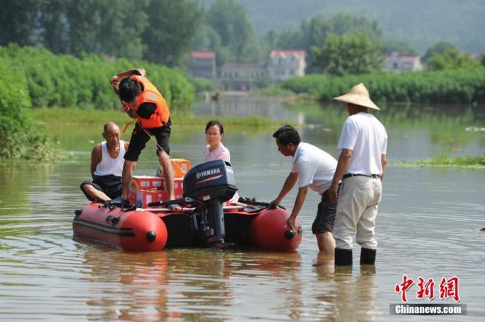 6月24日,在安徽省六安市裕安区西河口乡,救援人员准备用皮划艇为被困民众运送物资 /p记者 张娅子 摄