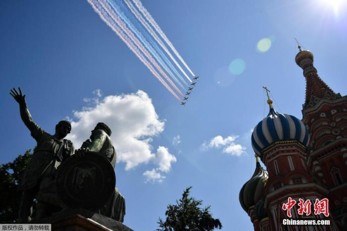 当地时间6月24日,俄罗斯纪念卫国战争胜利75周年红场阅兵式举行。图为苏-25歼击机机群在空中拉出白蓝红三色烟幕。