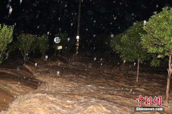 资料图:6月24日,贵州省贵定县云雾镇贡茶农庄、茶山村发生洪水,房屋被淹。黔南州消防救援支队供图