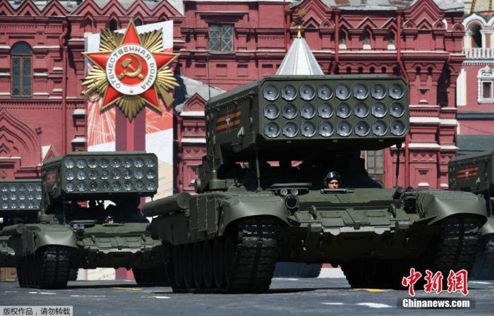 """当地时间6月24日,俄罗斯纪念卫国战争胜利75周年红场阅兵式举行。图为TOS-1A""""喷火坦克""""。"""