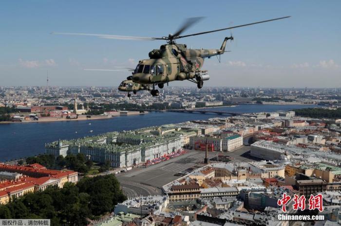 当地时间6月24日,俄罗斯纪念卫国战争胜利75周年红场阅兵式举行。图为米-8军用直升机在城市上空飞行。