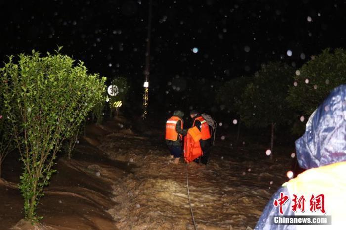 资料图:消防员连夜紧急转移被困村民。 黔南州消防救援支队供图