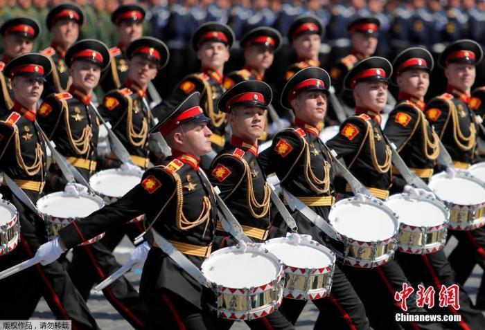 当地时间6月24日,俄罗斯纪念卫国战争胜利75周年红场阅兵式举行。图为军乐队步入红场。