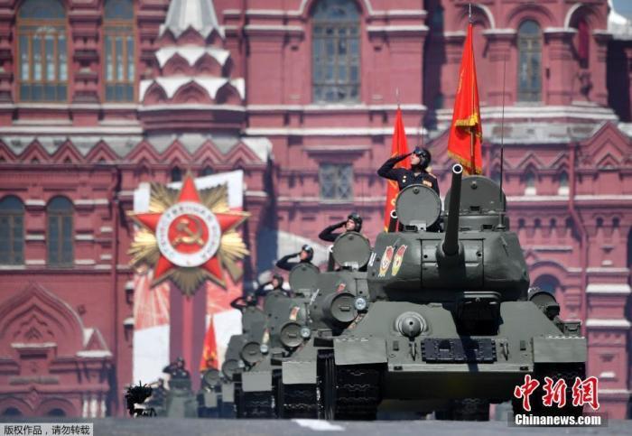 当地时间6月24日,俄罗斯纪念卫国战争胜利75周年红场阅兵式举行。图为第二次世界大战时期的T-34坦克在阅兵式中穿过红场。