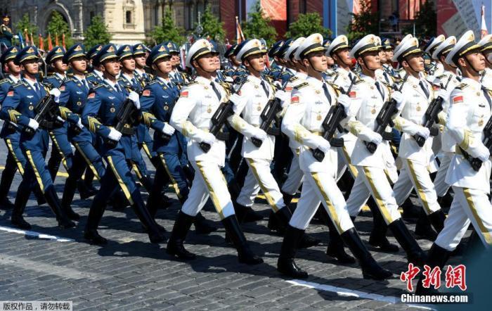 图为中国解放军海陆空三军仪仗队亮相俄罗斯红场阅兵式。