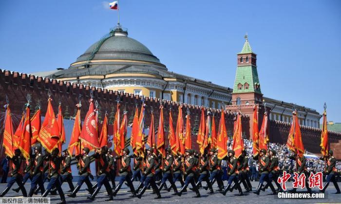 当地时间6月24日,俄罗斯纪念卫国战争胜利75周年红场阅兵式举行。图为身穿历史制服的军人在阅兵式上受阅。