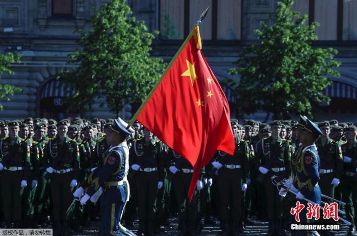 当地时间6月24日,俄罗斯纪念卫国战争胜利75周年红场阅兵开始前,中国解放军三军仪仗队进行阅兵前准备工作。