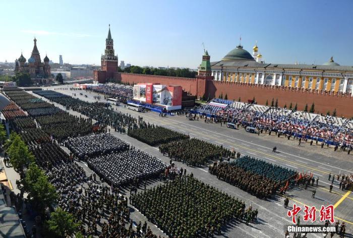 当地时间6月24日,俄罗斯纪念卫国战争胜利75周年红场阅兵开始前,俯瞰阅兵方阵。