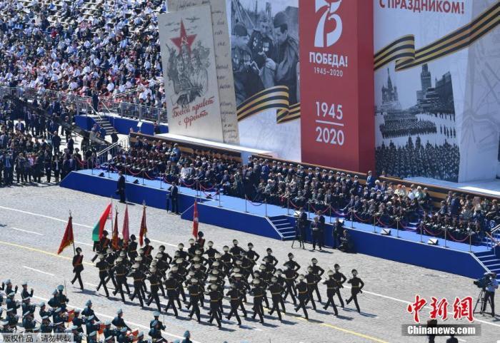 当地时间6月24日,俄罗斯纪念卫国战争胜利75周年红场阅兵式举行。图为俯瞰俄罗斯红场阅兵。