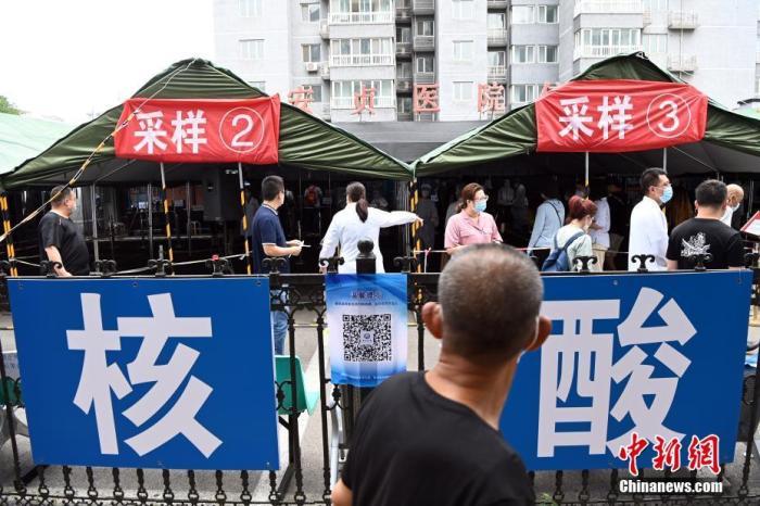 6月24日,民众在北京安贞医院采样点进行新冠肺炎核酸检测采样。中新社记者 侯宇 摄