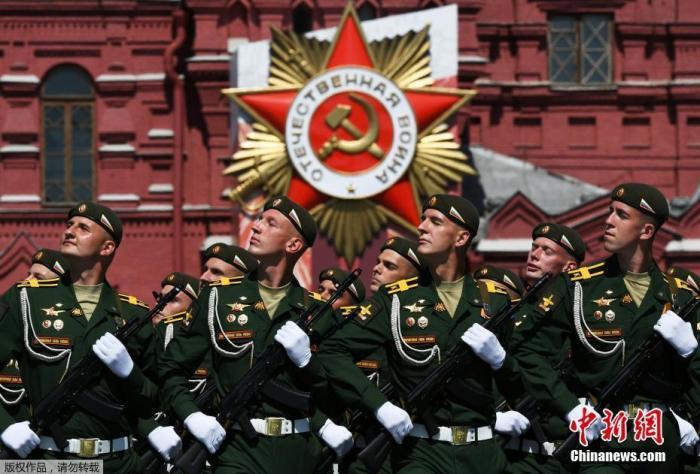 当地时间6月24日,俄罗斯纪念卫国战争胜利75周年红场阅兵式举行。图为俄罗斯士兵接受检阅。
