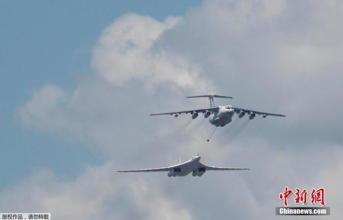 当地时间6月24日,俄罗斯纪念卫国战争胜利75周年红场阅兵式举行。图为伊尔-78空中加油机和图-160超音速战略轰炸机同时亮相。
