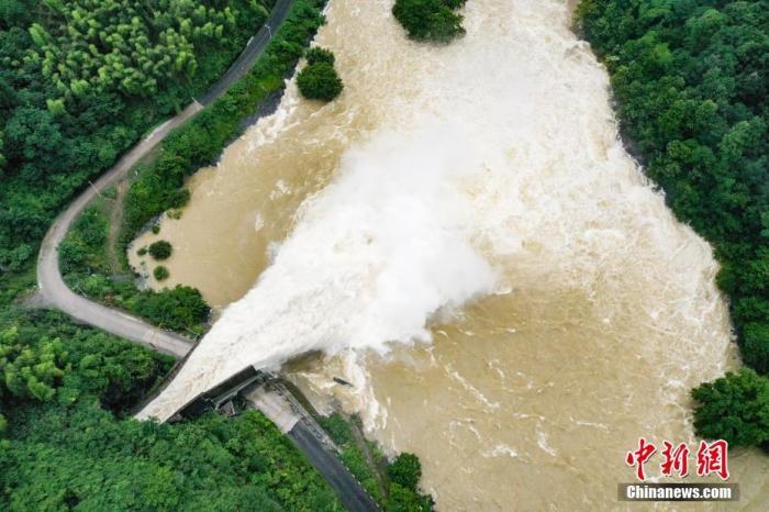 6月23日,安徽省六安市霍山县,磨子潭水库泄洪中。受连日强降雨影响,安徽共有299座水库超汛限水位,正按划定泄洪。/p平心在线记者 张娅子 摄