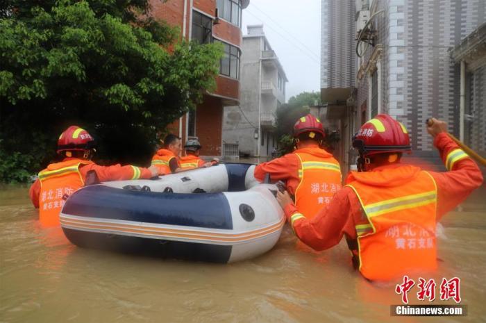 资料图:湖北消防队员实行救援任务。 吴博昊 摄