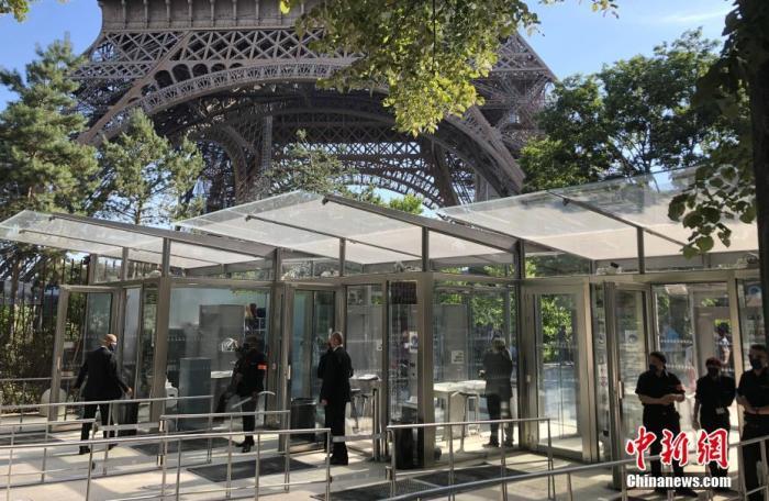 内地时间6月25日,巴黎埃菲尔铁塔规复开放。为防控新冠肺炎疫情,今朝旅行者仅可通过楼梯登上埃菲尔铁塔的二层,电梯暂不开放。受疫情影响,埃菲尔铁塔封锁104天。图为事恋人员筹备迎接首批旅客的到来。 /p平心在线记者 李洋 摄
