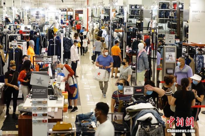 当地时间6月24日,梅西百货位于纽约市皇后区的一家门店,顾客正在购物。 中新社记者 廖攀 摄