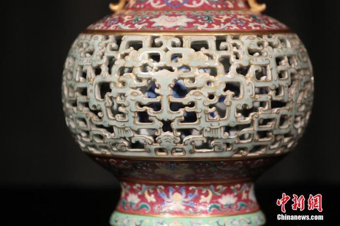 """6月26日,香港苏富比向传媒展示2020年中国艺术珍品春季拍卖会重点拍品""""迦纳爵士旧藏玲珑夹层瓶"""",形容此件艺术品是有史以来市场上造工最精致繁复的乾隆时期珍品之一,估价7000万至9000万港元。 <a target='_blank' href='http://www.chinanews.com/'>中新社</a>记者 谢磊 摄"""