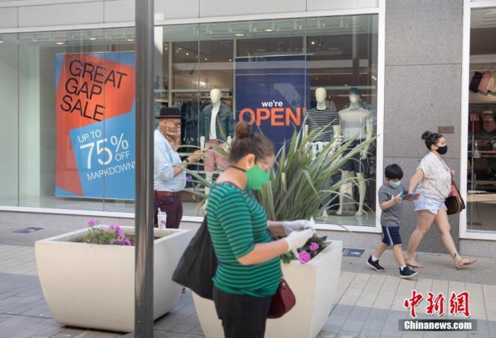 当地时间6月26日,美国北加州圣克拉拉县市民在斯坦福购物中心购物。截至当日,加州新冠肺炎确诊病例数超过20万,位列全美第二。因近期新冠肺炎确诊病例激增,包括旧金山在内的加州多个县决定放缓重启经济的步伐。 <a target='_blank' href='http://www.chinanews.com/'>中新社</a>记者 刘关关 摄