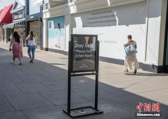 美国北加州圣克拉拉县市民在斯坦福购物中心购物。中新社记者 刘关关 摄