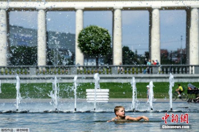 当地时间6月27日,莫斯科的Muzeon公园,民众在喷泉里玩水降温,近日莫斯科遭遇高温天气。据悉,俄罗斯西伯利亚今年的最高气温已经达到了38摄氏度,创下了有气象观测记录以来的新高。
