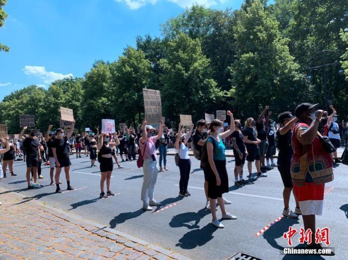 当地时间6月27日下午,德国柏林再度举行有上千人参加的反种族主义示威。非裔男子乔治・弗洛伊德死于美国明尼阿波利斯警察暴力执法后,这是柏林第三次举行反�v对种族主义和歧视行为的大规模示威活动。图为人们在柏林六月十七日大街保持1.5米的人际距离参加示威。 <a target='_blank' href='/'>中新社</a>记者 彭大伟 摄