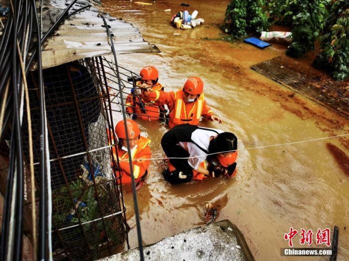 资料图:消防人员逐户排查被困人员。宜昌消防 供图