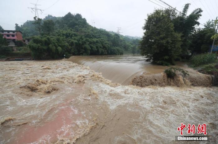 资料图:6月28日,重庆涪陵遭遇洪涝灾害,图为河流水势凶猛。 肖乐峰 摄