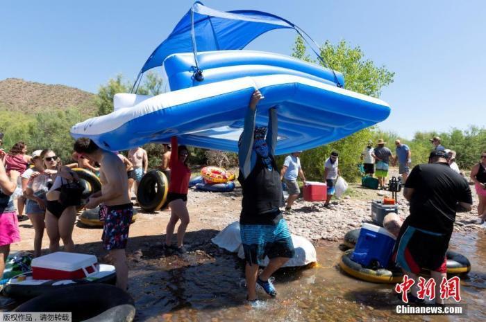 6月29日消息,美国连续第3天新增病例突破4万例,亚利桑那州和得克萨斯州住院人数则创下纪录。图为当地时间6月27日,美国亚利桑那州民众在河道漂流消暑。