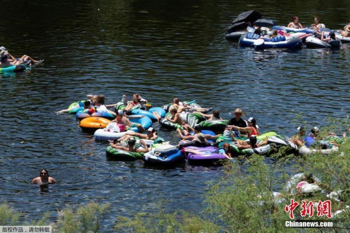 当地时间6月27日,美国亚利桑那州民众在河道漂流消暑。