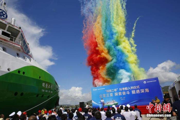 """6月28日,载人潜水器支持保障母船""""探索二号""""船抵达三亚崖州湾科技城南山港,正式入列。""""探索二号""""是中国首艘全数配备国产化科考作业设备的载人潜水器支持保障母船,由一艘海洋工程船历经一年半时间改造而得。该船总长87.2米,满载排水量6800吨,配置两台全回转舵桨和两台艏侧推,采用全电力推进,续航力大于15000海里。 <a target='_blank' href='http://www.chinanews.com/'>中新社</a>记者 王晓斌 摄"""