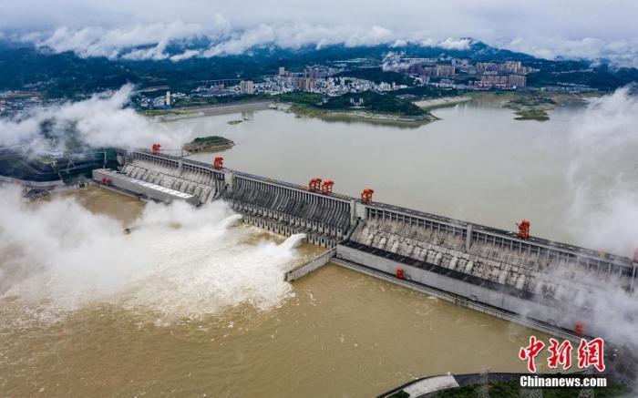 6月29日,湖北宜昌,长江三峡枢纽开启泄洪深孔泄洪。图片来源:视觉中国