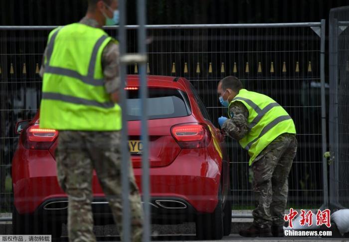 当地时间6月29日,英国武装部队在莱斯特维多利亚公园的移动式COVID-19测试中心帮助民众检测。