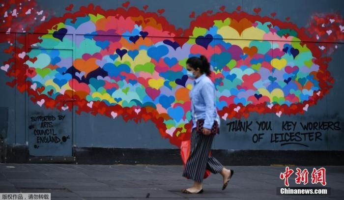 当地时间6月29日,英国莱斯特市中心,行人走过一幅为感谢疫情中做出贡献的工作人员而作的壁画。据报道,当地时间29日,英国政府宣布对莱斯特市实施封锁。这是英国首次采取地方而非国家层面的措施遏制新冠疫情传播。